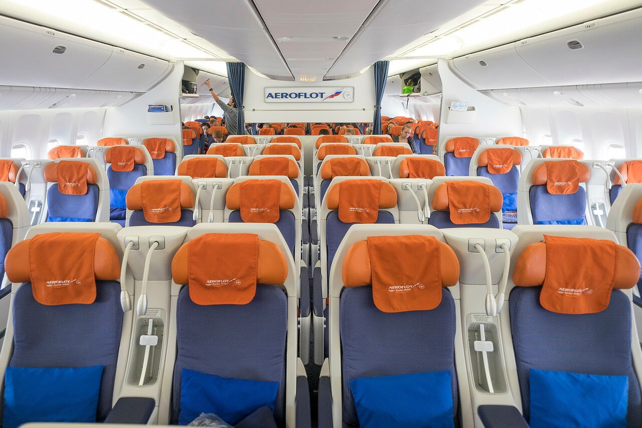Бизнес-класс и эконом-класс в самолете